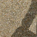 Vue de détail des granulats moyens du béton lavé